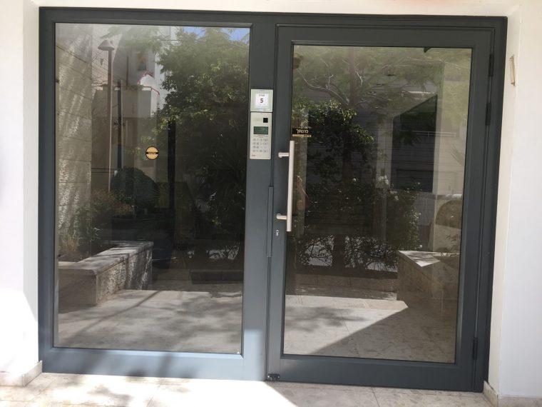 דלת אינטרקום לבניין משותף