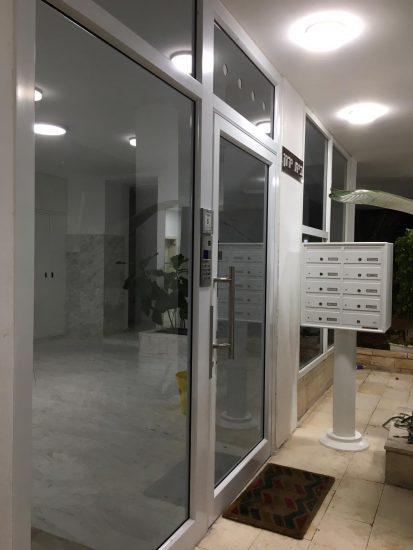 התקנת דלת כניסה לבניין - אלומט